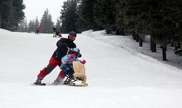 MONOLYŽE. Díky speciálnímu náčiní lyžují ivozíčkáři.