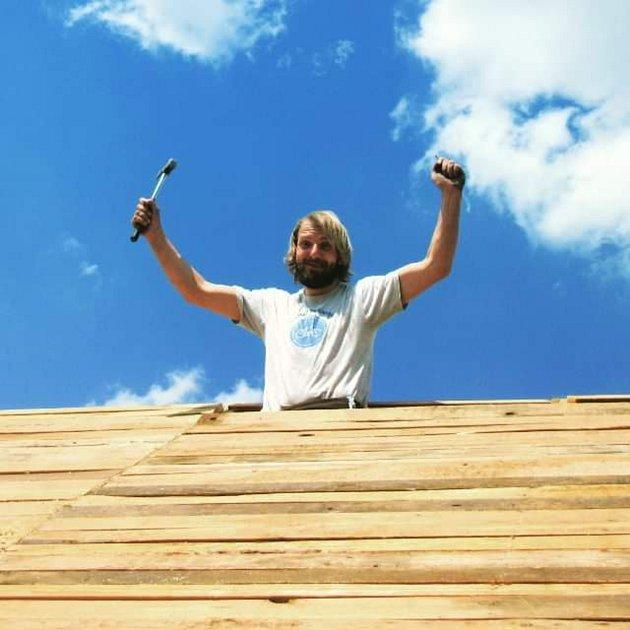 Během budování si užijeme plno legrace, tady mi přijel kamarád pomoci dodělat střechu na pergole. Když se dělá práce ve více lidech, tak to lépe odsýpá. Zase jsme zužitkoval prkna, která dlouho ležela ladem a padal na ně prach. Myslím, že by děda valil oč