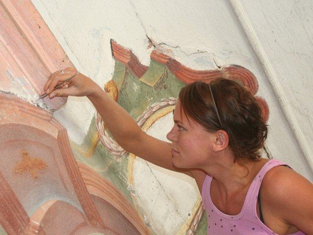 Restaurátorka Lucie Matejková pracuje na odkrývání fresek v kapli sv. Vojtěcha. Tuto památku považuje za jednu z nejvýznamnějších ve Strakonicích.