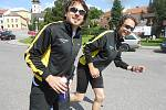 Běžci, kteří čekají na předání štafety, se pomalu rozcvičují.