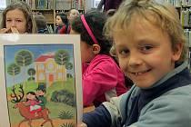 Malý čtenář v knihovně. Ilustrační foto