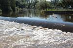 Záchranářské práce na jezu Dráchov v sobotu 8. srpna 2020 odpoledne. Na jezu v obci nedaleko Soběslavi na Táborsku se zvrhli dva vodáci. Jednoho se podařilo z Lužnice vzedmuté dešti zachránit. Po druhém odpoledne trvaly pátrací práce. O síle řeky svědčil