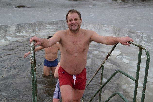 Sobotní koupel v Plané nad Lužnicí. Řeku pokrýval led.