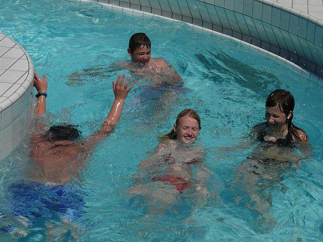 Horké léto v táborském bazénu.