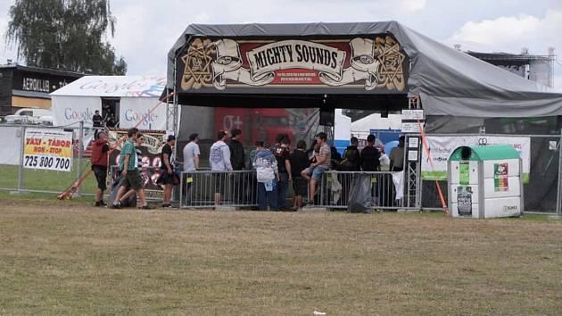 Pořadatelé festivalu Mighty Sounds oznámili, že 16. ročník přesunutý z letošního roku se uskuteční v termínu od 9. do 11. července 2021 na táborském letišti.