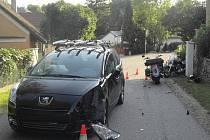 Nehoda automobilu a motocyklu. Ilustrační foto.