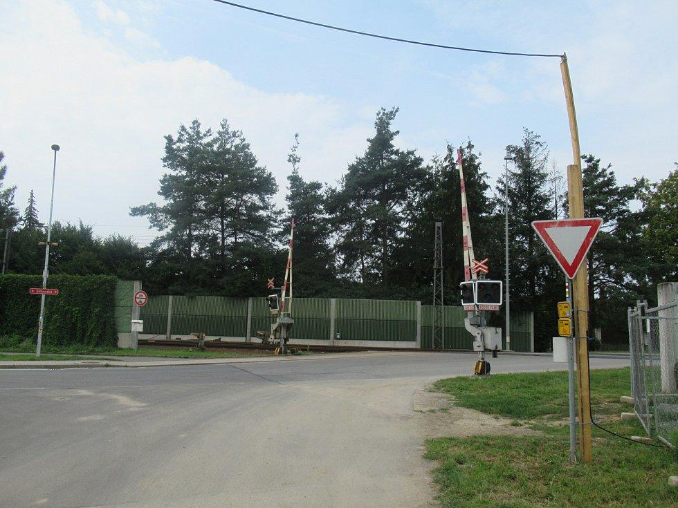 Na přejezdu na Strkovské ulici došlo ve čtvrtek 13. srpna večer ke smrtelné nehodě, zahynul zde muž.