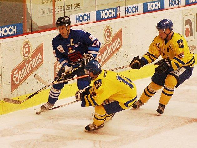 Kapitán táborských hokejistů František Ševčík (v modrém) byl v utkání s Velkým Meziříčím k nezastavení a sám obstaral čtyři z devíti branek svého týmu. Schoval si nějaký gól i na sobotní šlágr proti vedoucím Benátkám nad Jizerou?