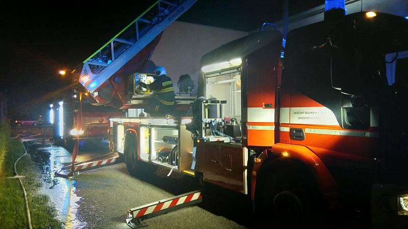 V táborském Brisku hořel objekt plný chemických látek.