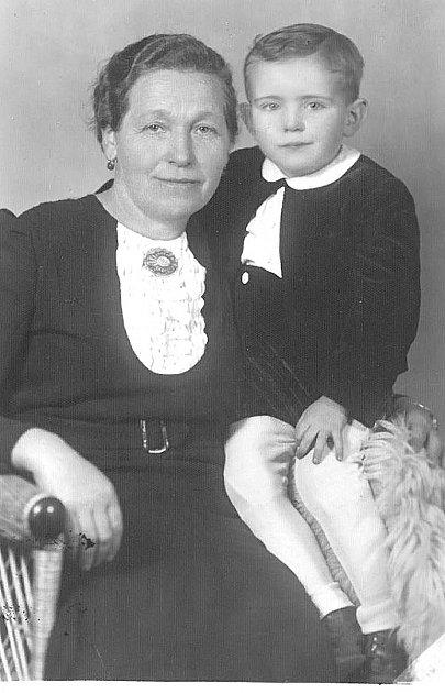 Malý Jiří Hrzán se svou tetou.