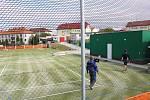 Místo zastaralých tenisových kurtů získali Mladovožičtí nové víceúčelové hřiště.