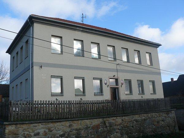"""ŠKOLA. Dnes vbudově """"nové"""" školy sídlí obecní úřad a knihovna."""