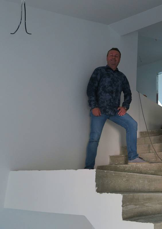 Mlýnu z roku 1886 se rozhodl vrátit zašlý lesk a slávu Lubomír Smažík z Dražit. Sochař a restaurátor kamene Richard Rudovský vytvořil pro objekt reliéfy, boží oko a zrestauroval patronku - klokotskou madonu.