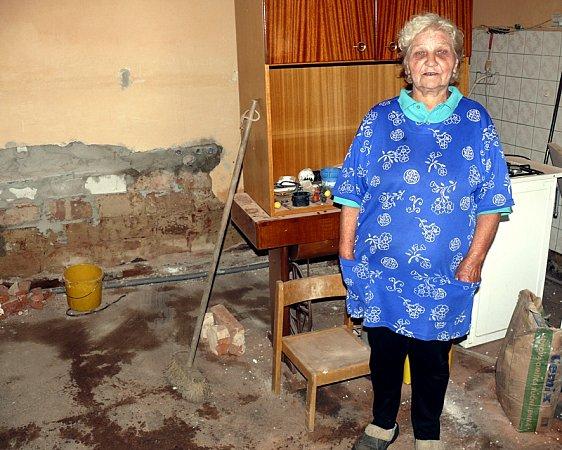 ZNIČENÝ DŮM. Na domě Aleny Kasalové napáchala loňská povodeň nemalé škody. Do bytu  se vrátila až po pět týdnech, které přečkala usvojí  vnučky.