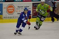 Stanislav Polodna (v modrém) dal v Trutnově dva góly Kohoutů.