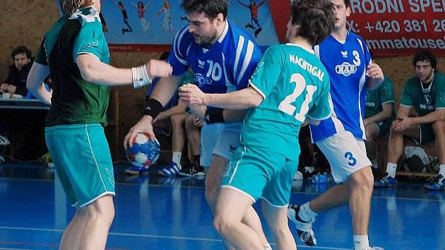 Ústřední střeleckou oporou Spartaku MAS je Pavel Brožek (u míče).