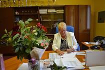 Ředitelka Dagmar Havlůjová podepisuje poslední vysvědčení. Ve školství strávila celkem 43 let.