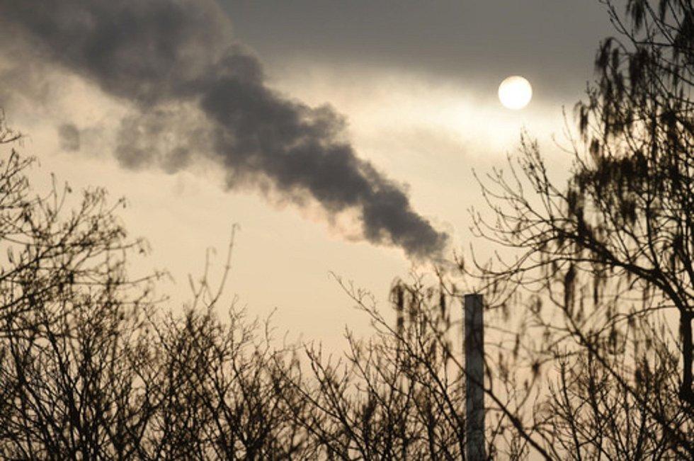 Kouřící komín. Ilustrační foto.