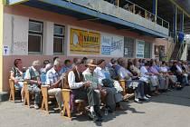 Návštěvníci při poslechu dechovek v Bechyni