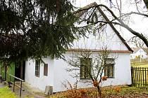 Za vzrostlými stromy se v Mašovicích schovává chalupa číslo 22. Sloužila jako výkup borůvek i králičích kožek.