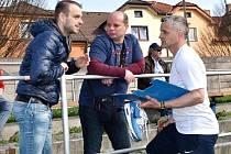 Výkonný ředitel FC MAS Táborsko Tomáš Samec s trenéry A-týmu Romanem Nádvorníkem a Radimem Kokešem (zleva).
