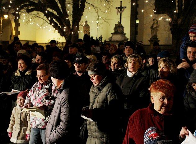 Česko zpívá koledy na táborském Žižkově náměstí.