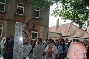 Slavnost odhalení busty dirigenta Karla Ančerla (+ 1973) v rodných Tučapech na Soběslavsku. V pozadí rodný dům dirigenta.