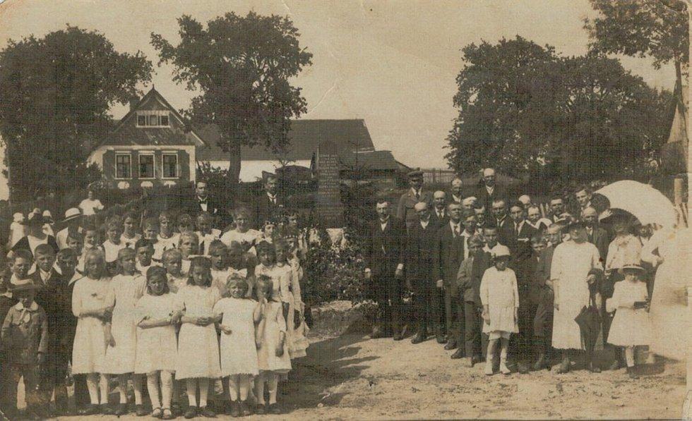 Odhalení památníku v roce 1921 bylo významnou obecní událostí.