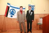 Na srazu rodáků Myslkovic, který se konal 7. června, starosta  oficiálně představil znak s vlajkou obyvatelům. Na fotografii Jiří Vrhel (vlevo) a Antonín Novotný.