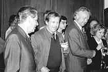 Brzy po svém zvolení přijel Václav Havel do Tábora. Vítal ho tu i tajemník radnice Josef Čáp (po Havlově levici).