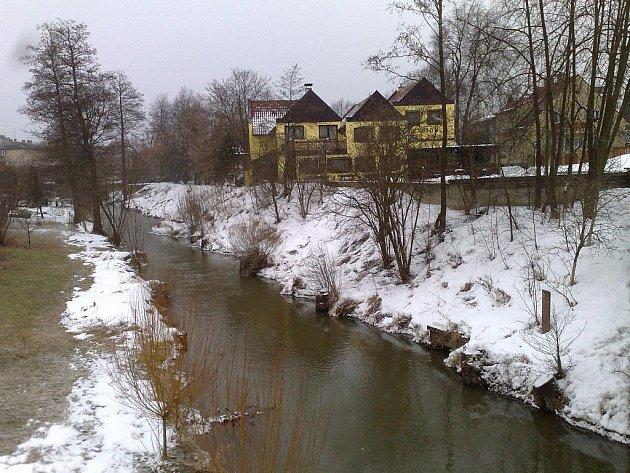 Potok, který Ústím protéká, plnil v době založení města i ochrannou funkci.