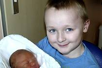 JAKUB VANĚK Z MALŠIC. Narodil se 8. března v 18.15  hodin. Vážil 4000 g, měřil 52 cm a velkou radost z něj má i  bráška Michael (7,5).