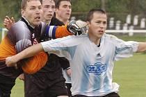 Fotbalisté Spartaku MAS Sezimovo Ústí mají za sebou úvodní zápasy letní přípravy na svou první mistrovskou sezonu v České lize. V obou střetnutích na turnaji v Počátkách se zapsal do střelecké listiny i nejlepší kanonýr týmu Tomáš Zelenka (ve světlém).
