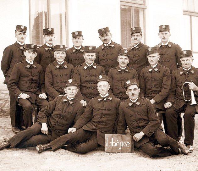 Z MINULOSTI. Hasičský sbor obce Libějice v roce 1929. V té době měl za sebou sedmnáct let působení.  Prvním starostou sboru se stal František Janda.