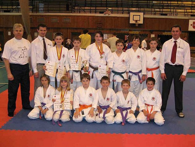 Výprava táborských karatistů na sobotním úvodním podniku Národního poháru JKA karate v Praze spolu s rozhodčími.