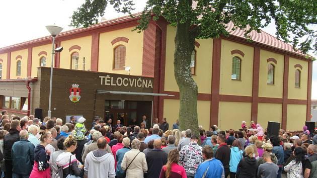 V úterý 1. září Chýnovští slavnostně zahajovali provoz nové tělocvičny, mezi významnými hosty nechyběla ministryně financí Alena Schillerová.