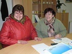 BÝVALÉ ŽAČKY. Blanka Ranglová a Emílie Marková (zleva) vzpomínaly na časy, které strávily v drahovské škole: v  kanceláři starostky, kde bývala jedna z tříd.