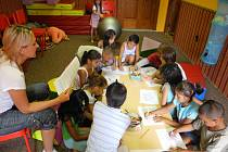 Cheiron T se snaží připravit předškolní děti z problémových rodin do první třídy. Daří se mu.