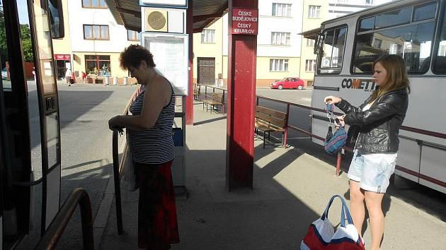 Poloprázdné je i autobusové nádraží.