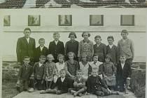 Snímek ukazuje spolužáky v roce 1937. Tehdy byl František Suchan (ve spodní řadě vpravo) ve druhé třídě. V horní řadě čtvrtou zleva je žákyně Marie Nosková.