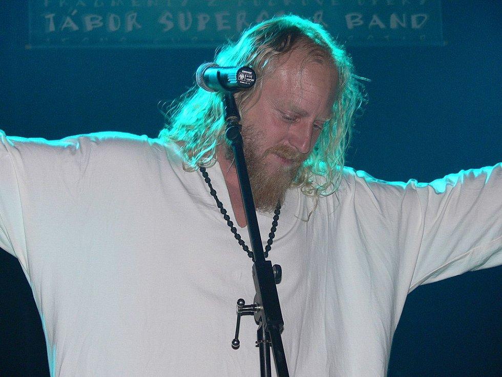 Roli Ježíše zpívá Josef Dušek.