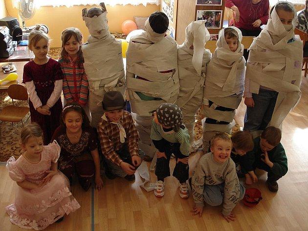 Děti si zatancovali a také  zasoutěžili v různých hrách (např. o nejlepší mumii).