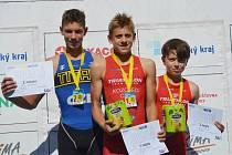 Ondřej Kozojed (na snímku uprostřed, vpravo jeho týmový kolega Matěj Homola) byl suverénem pohárových bojů v kategorii mladších žáků.