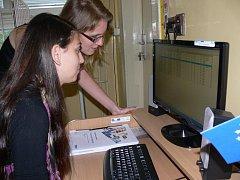 Studenti se učí nanečisto vyplňovat formuláře s pacientem. S obdobným programem pak budou pracovat v nemocnicích.