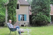 Jedinou dosud obydlenou vilou z trojice slavných prvorepublikových sezimoústeckých vil,  je vila Strimplova. Po svém dědečkovi, původem malíři, ji dnes obývají jeho vnuci Outratovi.