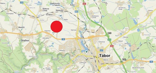 Vmístě označeném červenou tečkou se nachází bývalé vojenské letiště Všechov. Vězeňská služba na něm plánuje postavit věznici.