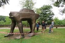 Zámeckou zahradu v Bechyni do konce září zdobí extravagantní díla známého českého sochaře Davida Černého.