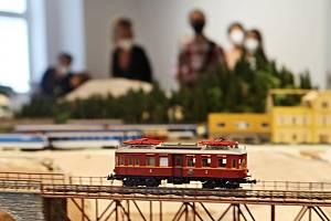 Modely vlaků i dominant ze železnice na Táborsku mohli výjimečně vidět lidé při slavnostním otevření Weisova domu. Expozice se otevře veřejnosti, až bude celý model kompletní.