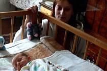 Malá Soňa  spinká po vydatném obědě už  ve své postýlce. Všichni mohou být rádi, že to takhle dopadlo. Porod doma nemusel proběhnout bez komplikací. Dnes už se váha holčičky vyšplhala přes dva a půl kilogramu. Mateřské mléko i domácí prostředí jí svědčí.