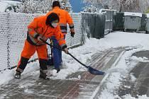Na Táborsku napadlo asi 5 centimetrů čerstvého sněhu a stále sněží. V Plané nad Lužnicí začali zaměstnanci technických služeb hned ráno prohrnovat sníh na zastávkách.